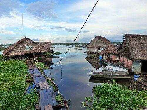 Домики на реке Амазонка