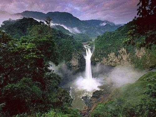 Водопад в тропическом лесу Амазонки