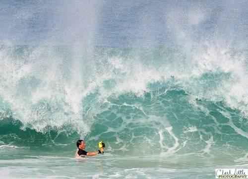 x_taking_big_wave_photo