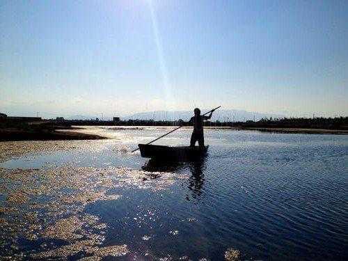 Дельта реки Эбре-человек на лодке