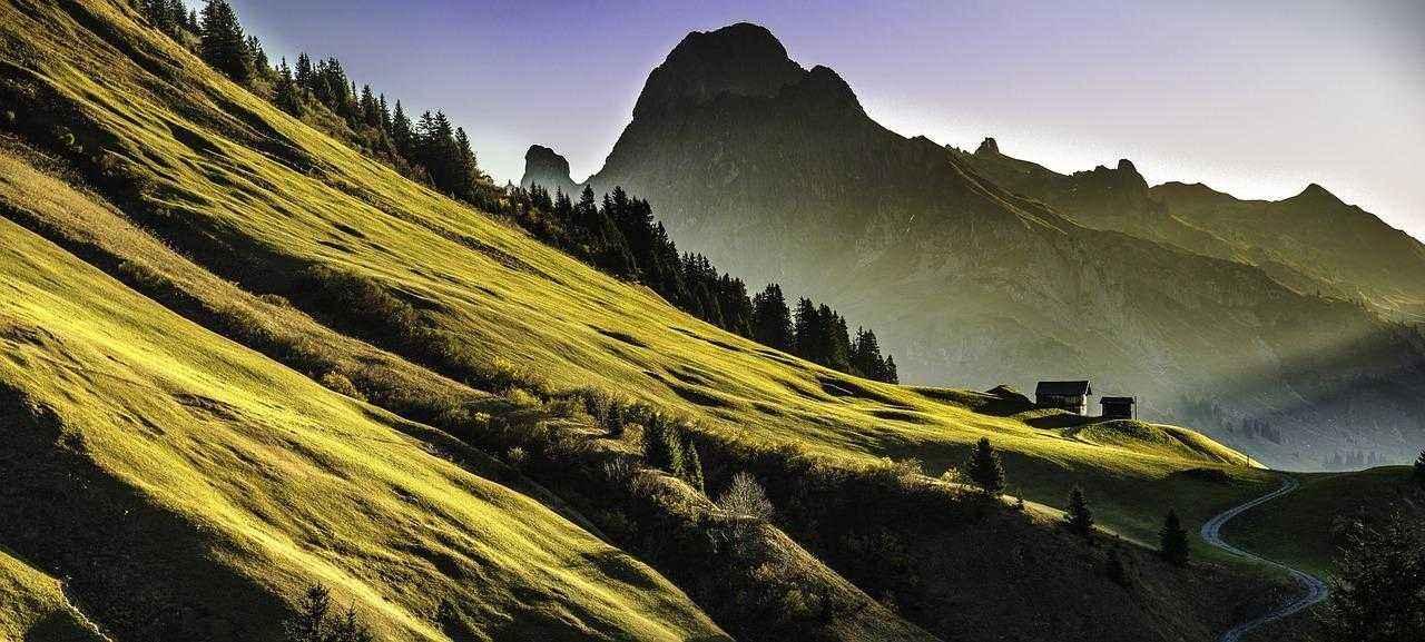 горы, Альпы, пейзаж, солнечный свет, зеленый склон, домик, дорога