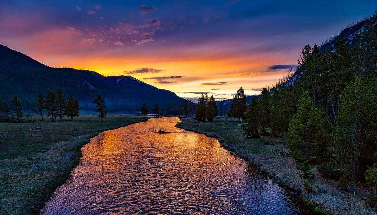 Фото закат на реке в Йеллоустоунском национальном парке