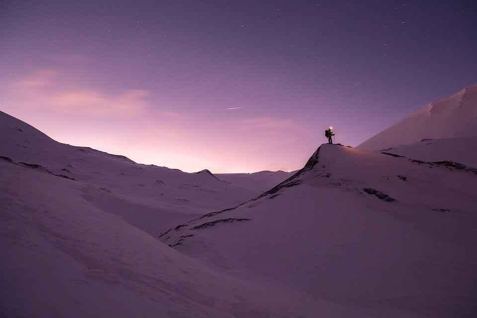 человек на горе покрытой снегом