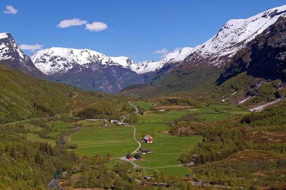 долина среди снежных гор