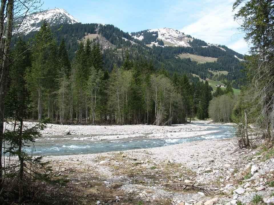 горный пейзаж и ручей
