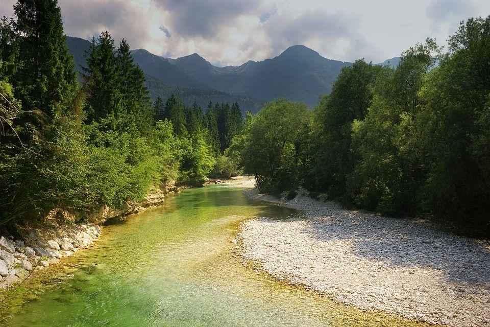 кристально чистый горный ручей