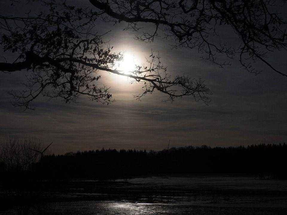 луна над темной водой озера
