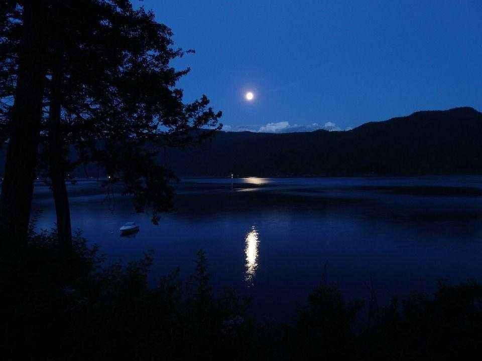 лунная дорожка на спокойной воде ночного озера
