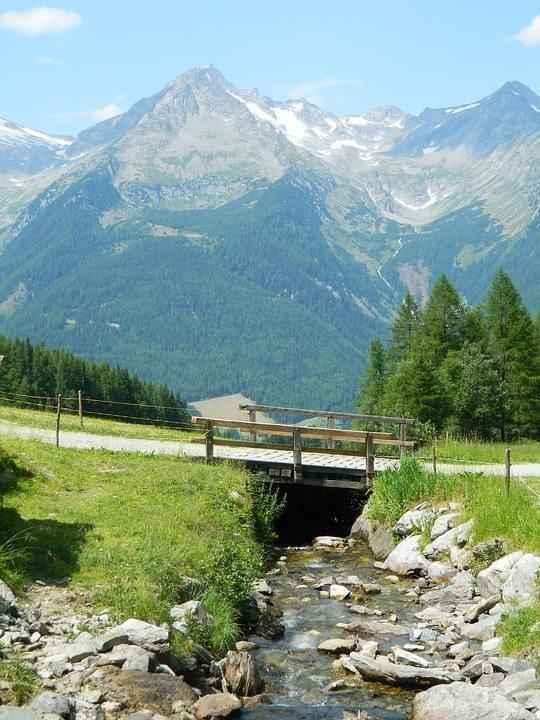 мостик через ручей в горах