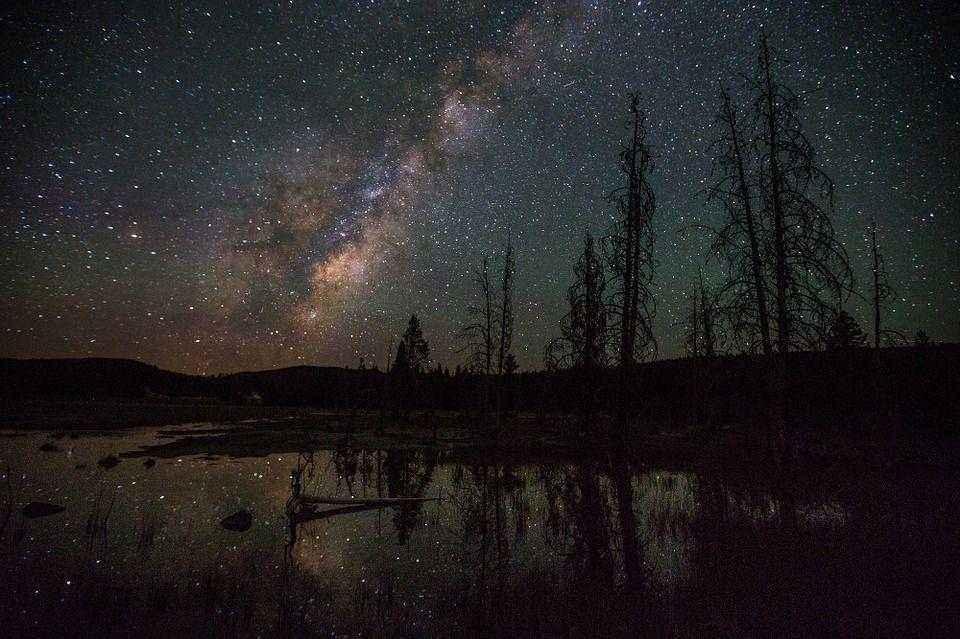 ночь, звезды, млечный путь, деревья и небольшое озеро
