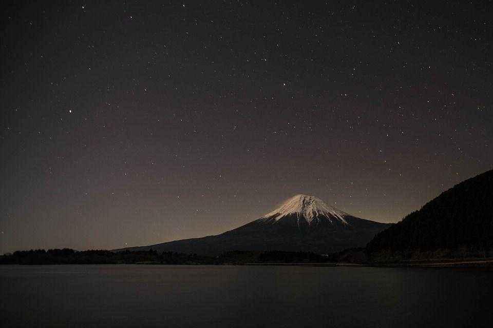 ночное озеро Тануки у подножья горы Фудзи