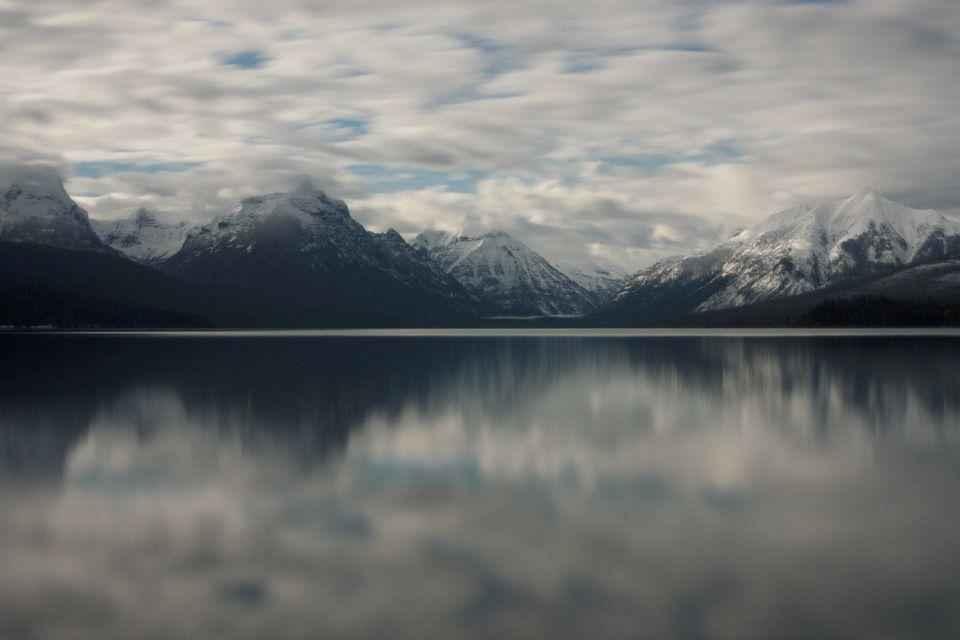 озеро на фоне снежных гор