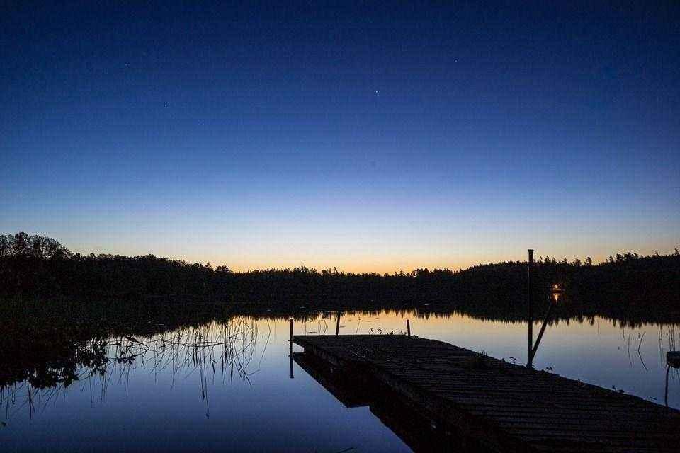 помост на ночном озере