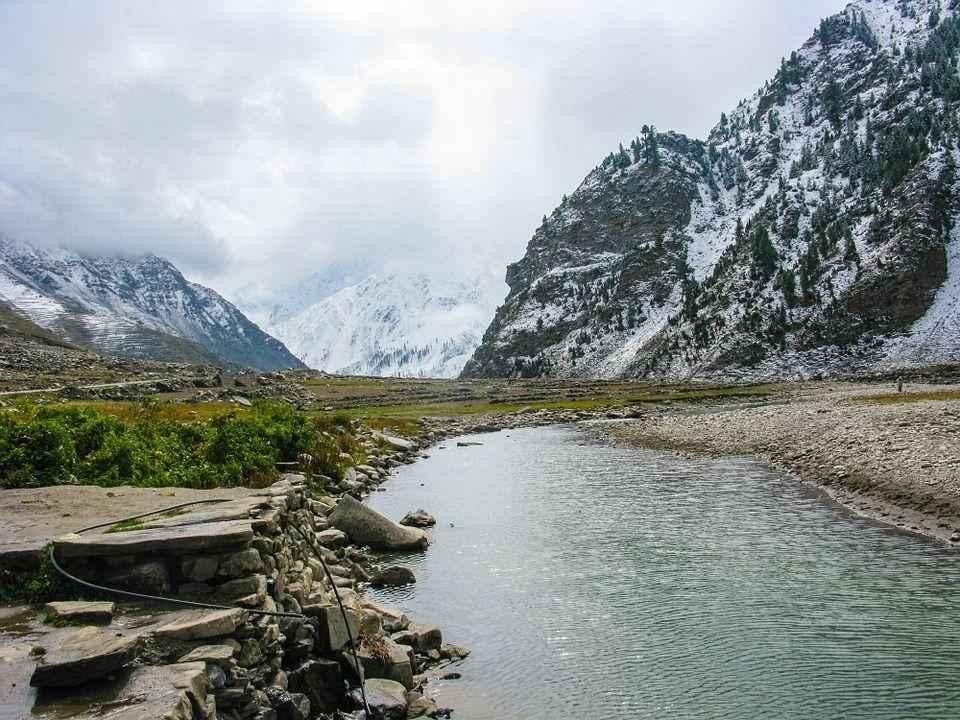 ручей на фоне заснеженого горного пейзажа