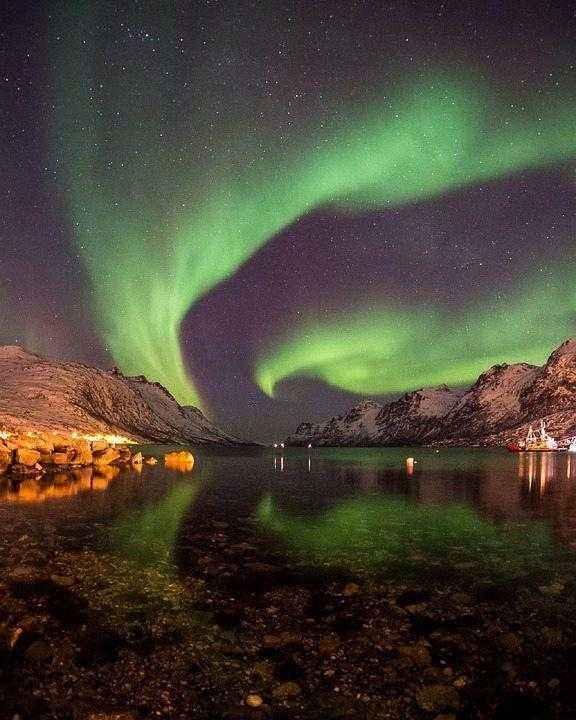 северное сияние над прозрачной водой ночного озера