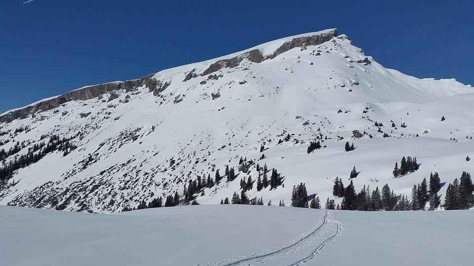 следы от лыж на снегу в горах