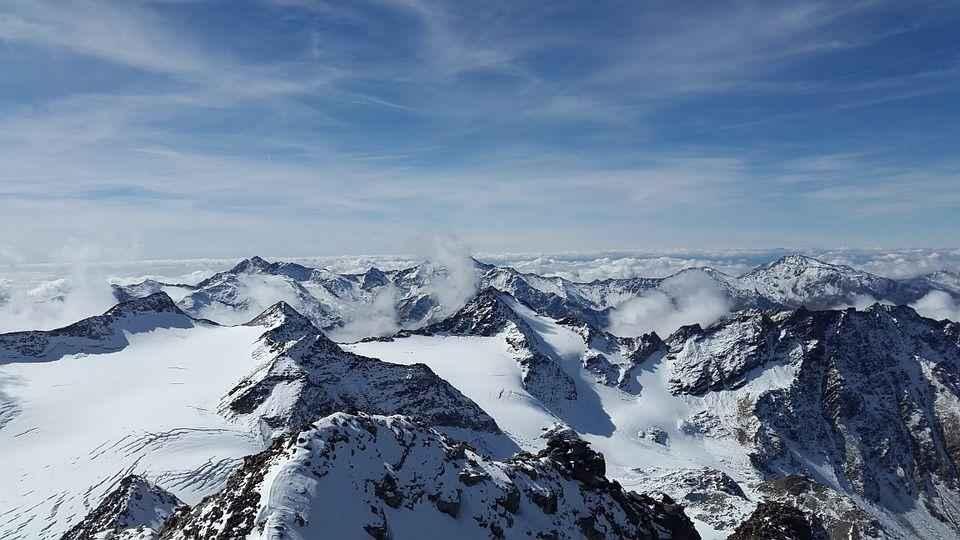 снедные пики гор