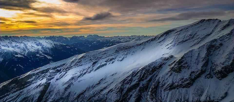 снежные горы и закат