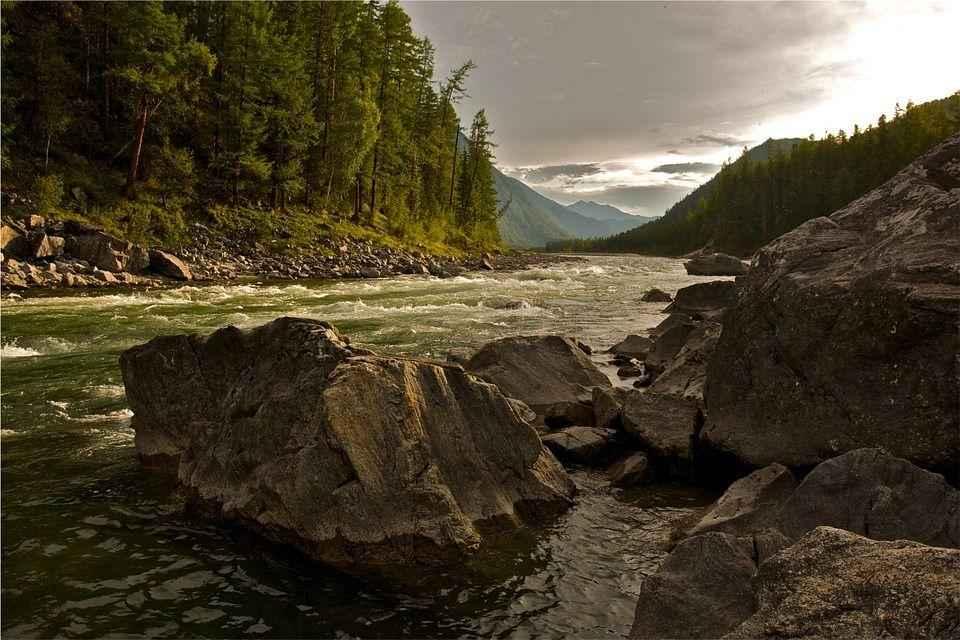 стремительный поток горного ручья