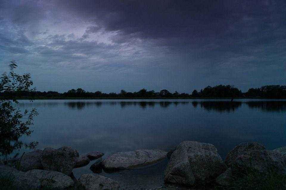 тихая вода озеро в вечерних сумерках