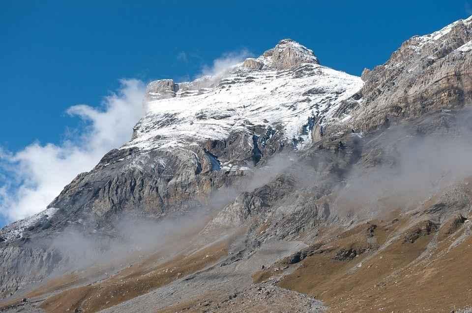 вершина горы в снегу