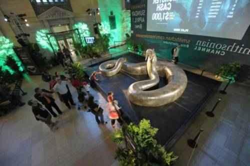 14 метровая модель титанобоана Центральном вокзале Нью-Йорка, США