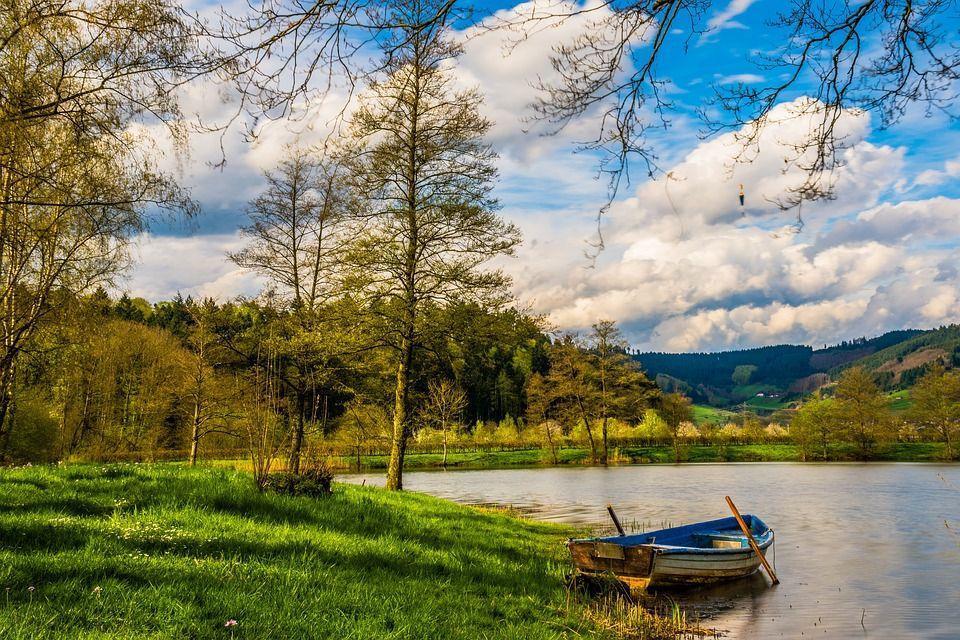 лодка, река, вода, лес, деревья, зеленая трава, голубое небо, облака, холмы, осень