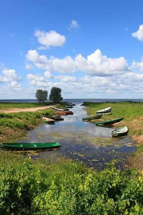 лодки на узенькой речушке