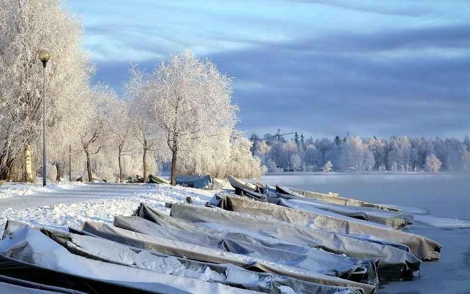 лодки на замерзшей реке