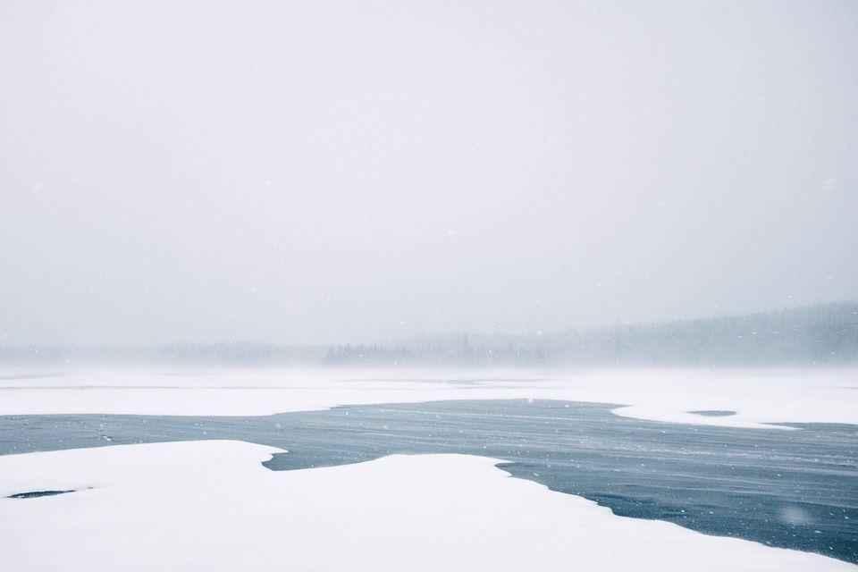 метель над замерзшей рекой