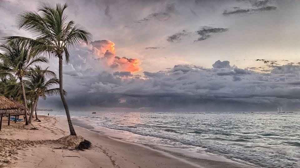 more-plyazh-vecher-palmy-zakat-nachalo-shtorma-tuchi-oblaka