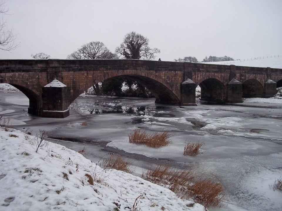 мост через замерзшую реку