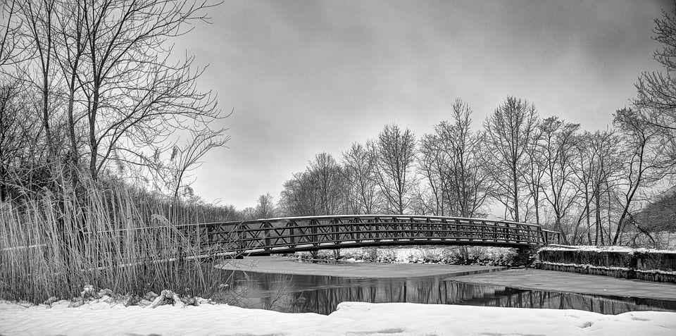 мостик через замерзшую речку