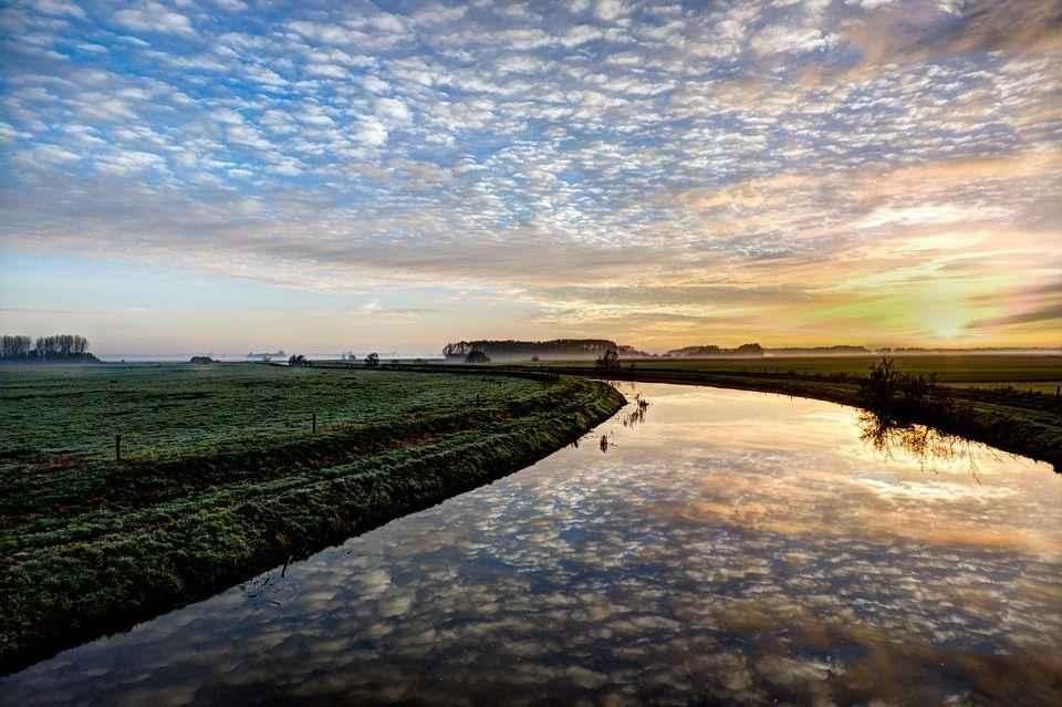 облака в утренней реке