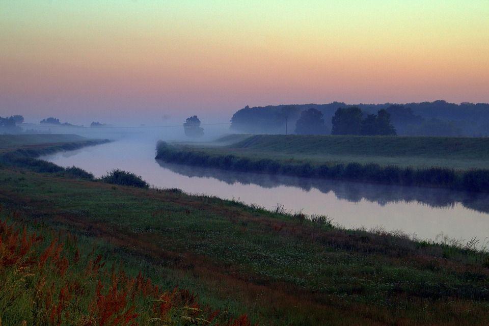 перед рассветом на небольшой реке