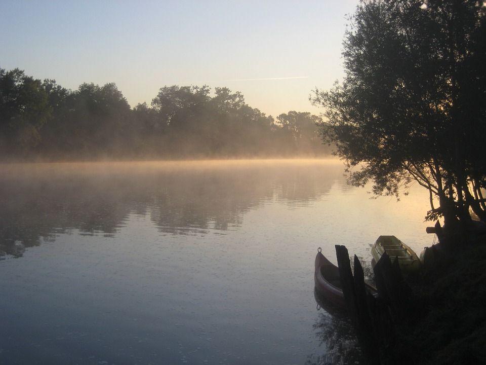 перевые лучи солнца на реке