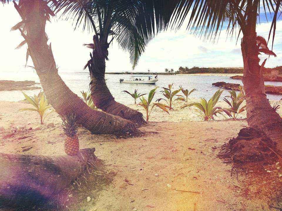 plyazh-okean-more-lodka-nebo-palmy