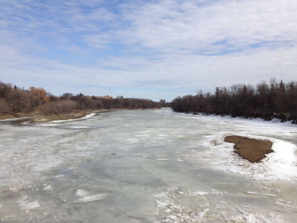 река подо льдом