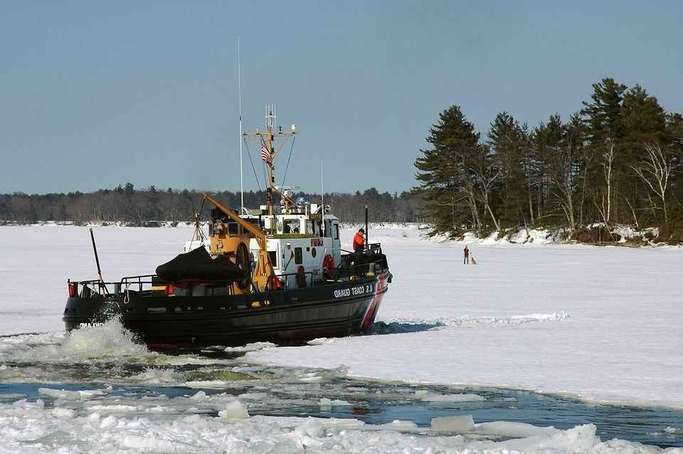 судно на замерзшей реке