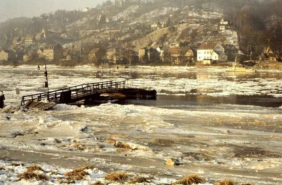 весенний лед на реке
