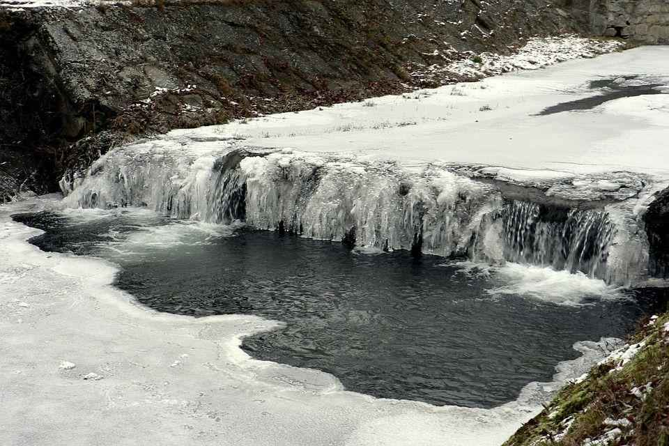 земерший водопадик на небольшой речушке