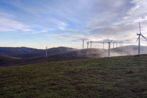ветрогенераторы, ветровые электростанции, ветровая ферма, поле, небо, облака, природа, энергия